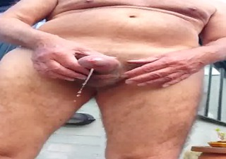 dois machos maduros aliviando na vadia ii [piss]
